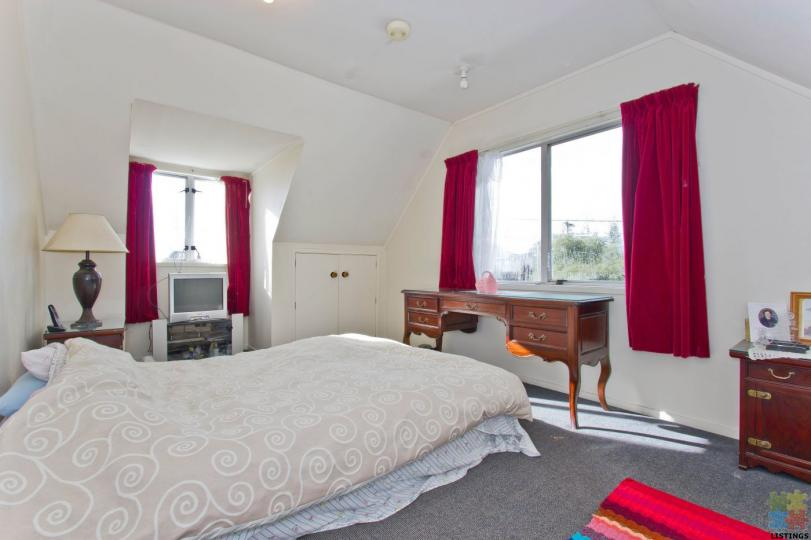 FLATMATES WANTED - 1 DOUBLE & SINGLE SUNNY ROOMS WITH - Bills Inclusive. - 9/12