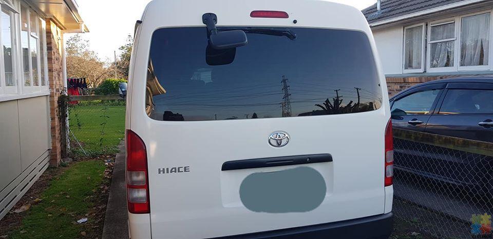 Minibus Toyota Hiace - 2/3