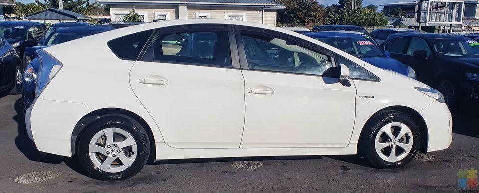 2014 Toyota prius hybrid l-black trim - 1/3