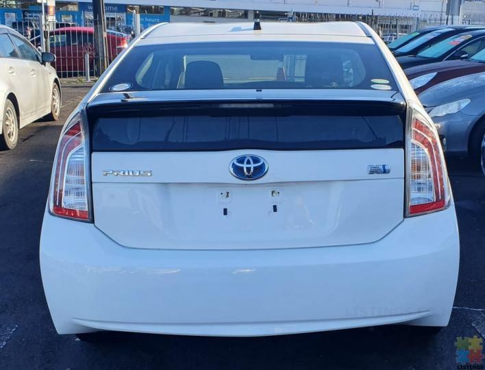 2014 Toyota prius hybrid l-black trim - 2/3